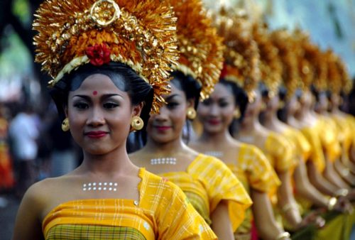 Balinese women parade during the 32nd Bali Art Festival in Denpasar on the resort island of Bali on June 12, 2010. AFP PHOTO/Sonny TUMBELAKA (Photo credit should read SONNY TUMBELAKA/AFP/Getty Images)